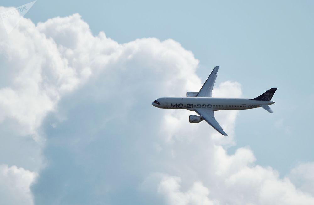 Aeronave de passageiros russa MS-21-300 efetua voo no Salão Aeroespacial Internacional MAKS-2019 em Zhukovsky, região de Moscou