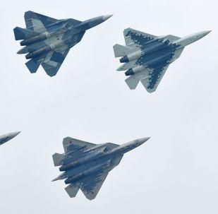 Caças multifuncionais russos de quinta geração Su-57 realizam voo de demonstração no Salão Aeroespacial Internacional MAKS 2019 em Zhukovsky, na Rússia