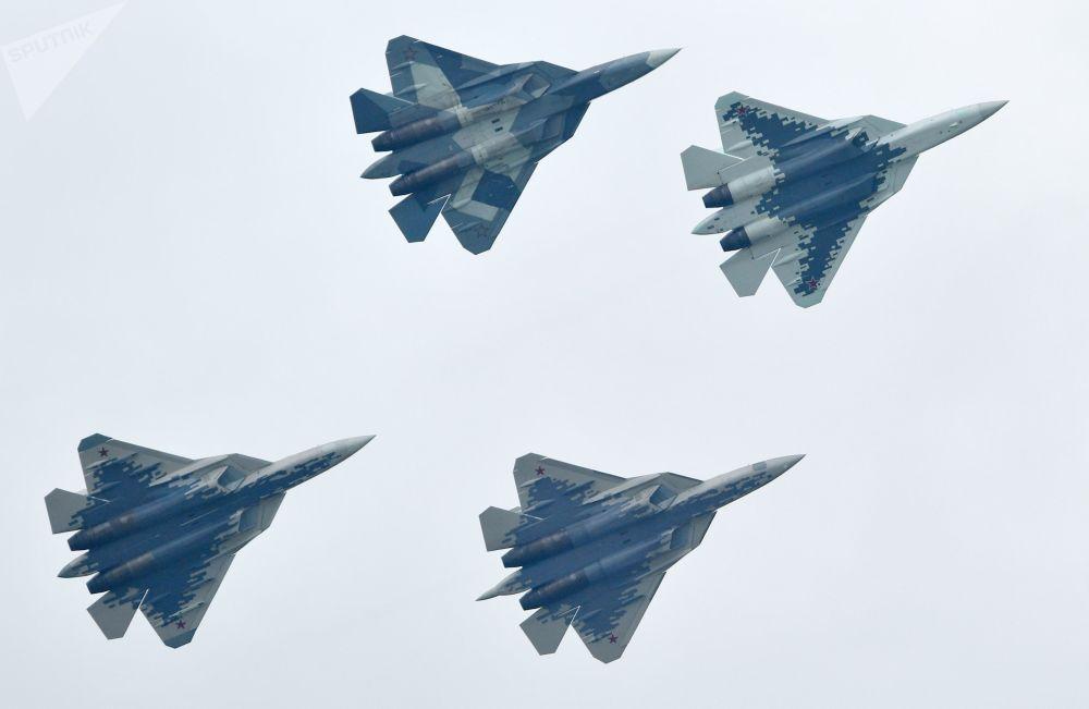 Caças multifuncionais russos de quinta geração Su-57 realizam voo de demonstração no Salão Aeroespacial Internacional MAKS-2019 em Zhukovsky, na Rússia