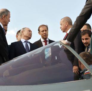 Presidentes da Rússia e Turquia, Vladimir Putin e Recep Tayyip Erdogan, examinam o Su-57