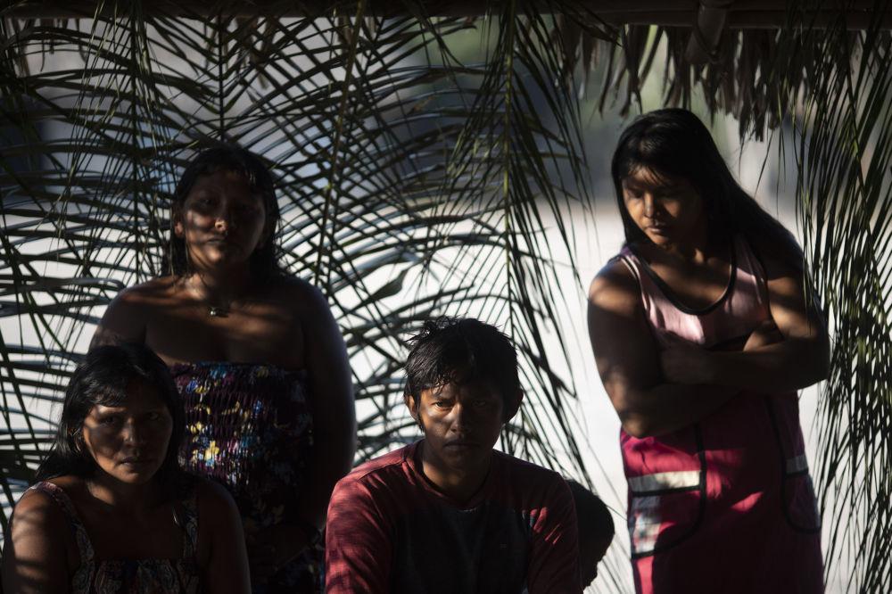 Índios caiapós discutem incêndios na aldeia de Baú, na região amazônica brasileira