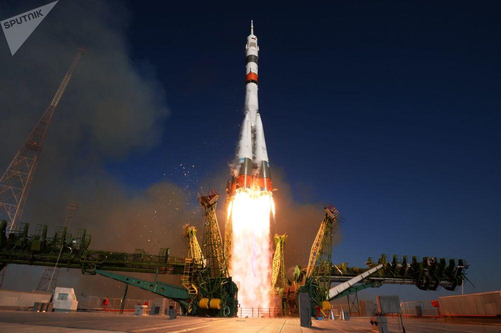 Lançamento do foguete portador Soyuz-2.1a com a nave Soyuz MS-14
