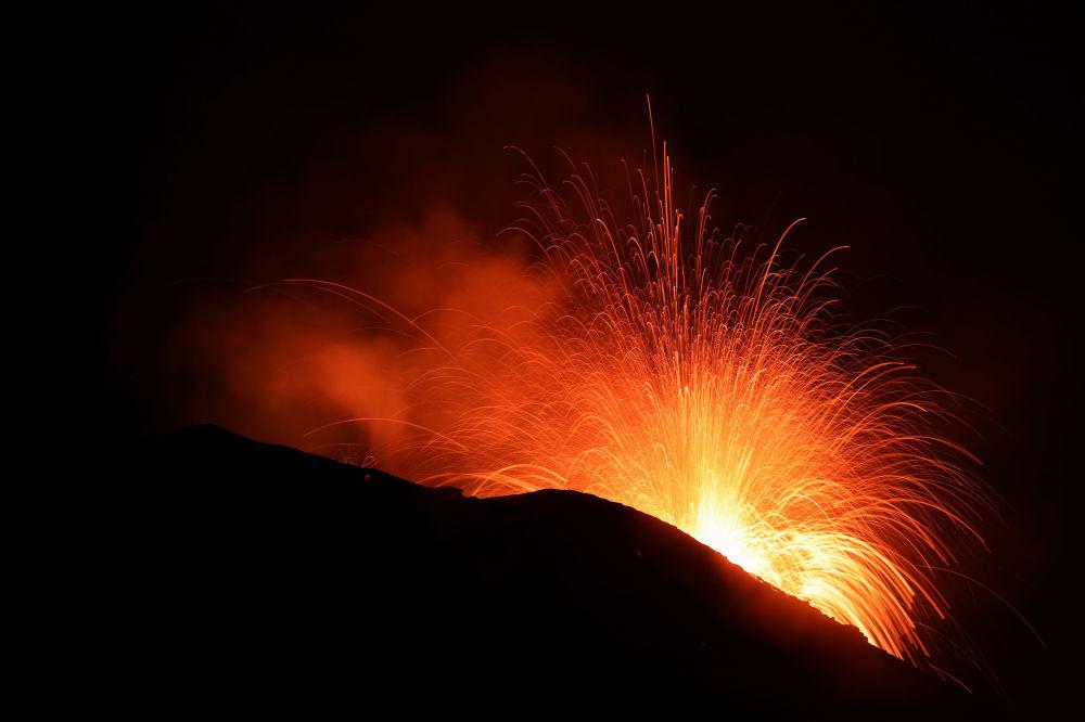 Erupção do vulcão Stromboli na Itália