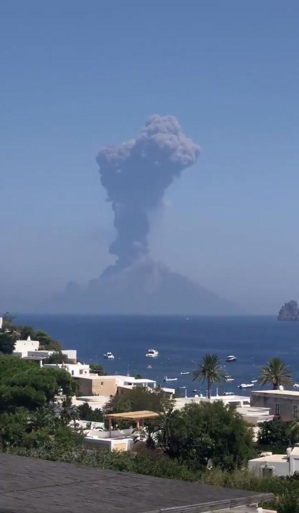 Fumaça causada pela erupção do vulcão se ergue sobre as casas na ilha italiana de Stromboli