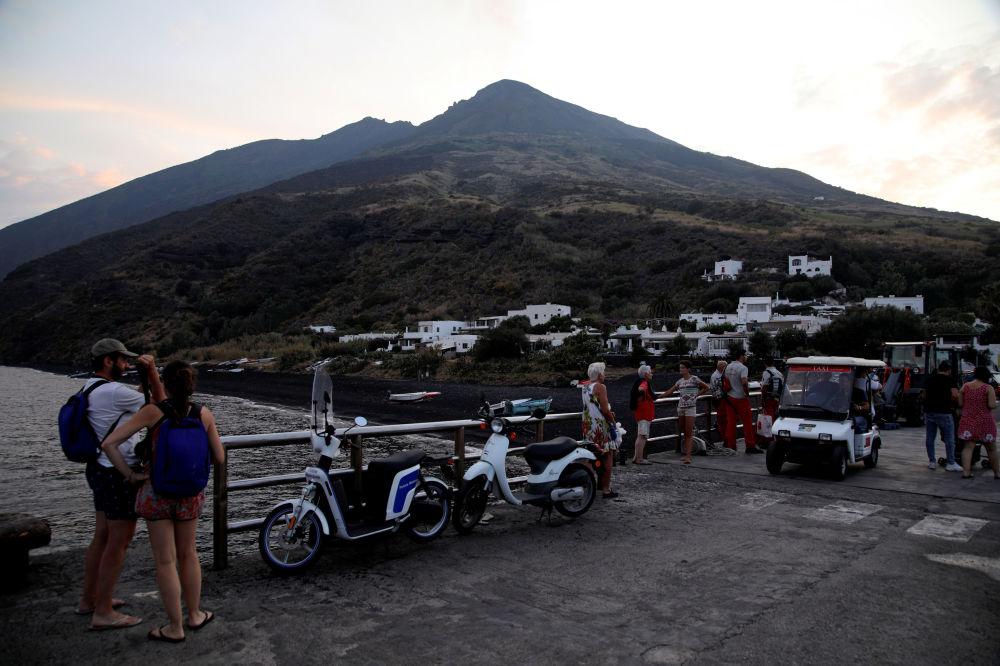 Turistas observando o vulcão Stromboli um dia após a erupção