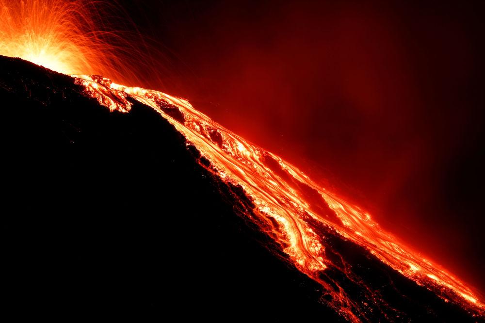 Lava escorrendo do vulcão Stromboli um dia depois da erupção