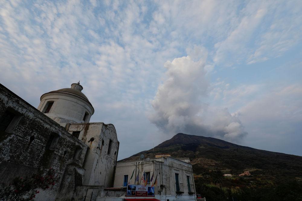 Fumaça se erguendo sobre o vulcão após a segunda erupção na ilha Stromboli