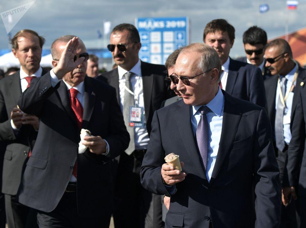 Presidente da Rússia, Vladimir Putin, e presidente da Turquia, Recep Tayyip Erdogan, comem sorvete no Salão Aeroespacial Internacional MAKS 2019