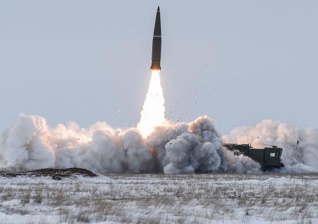 Lançamento de míssil balístico do complexo tático-operacional Iskander-M no polígono Kapustin Yar, na região de Astrakhan (foto de arquivo)