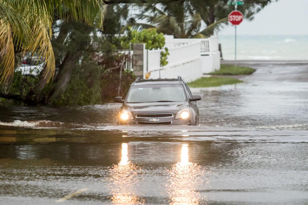 Carro passa por rua inundada após furacão Dorian chegar a Nassau, Bahamas, 2 de setembro de 2019