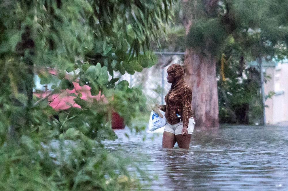 Mulher caminha em rua inundada depois que o furacão Dorian atingiu Nassau, nas Bahamas, 2 de setembro de 2019