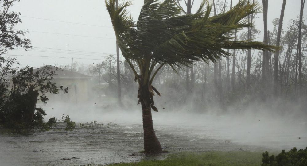 Estrada é inundada durante a passagem do furacão Dorian na cidade de Freeport, Bahamas, 2 de setembro de 2019