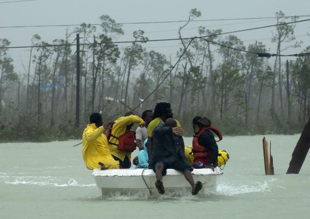 Voluntários resgatam família das enchentes causadas pelo furacão Dorian, em Freeport, Bahamas, 3 de setembro de 2019