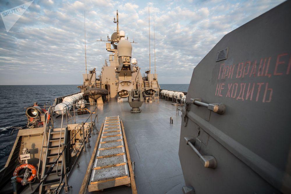 Convés do navio Orekhovo-Zuyevo durante os exercícios militares da Frota do Mar Negro e do Distrito Militar do Sul da Rússia na Crimeia