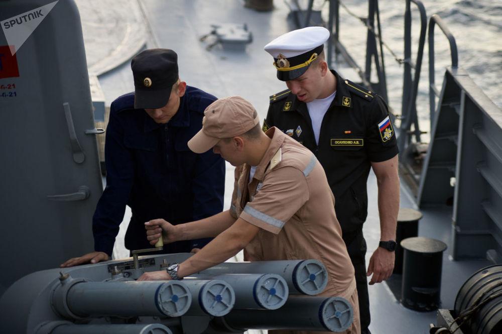 Tripulação trabalhando a bordo de uma corveta durante os exercícios militares da Frota do Mar Negro e do Distrito Militar do Sul da Rússia na Crimeia