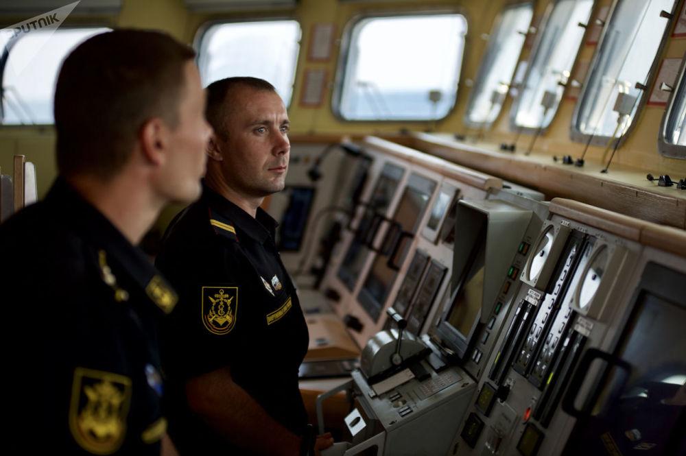 Oficiais russos na ponte de comando do navio de mísseis do projeto 21631 Orekhovo-Zuyevo durante os exercícios militares da Frota do Mar Negro e do Distrito Militar do Sul da Rússia na Crimeia