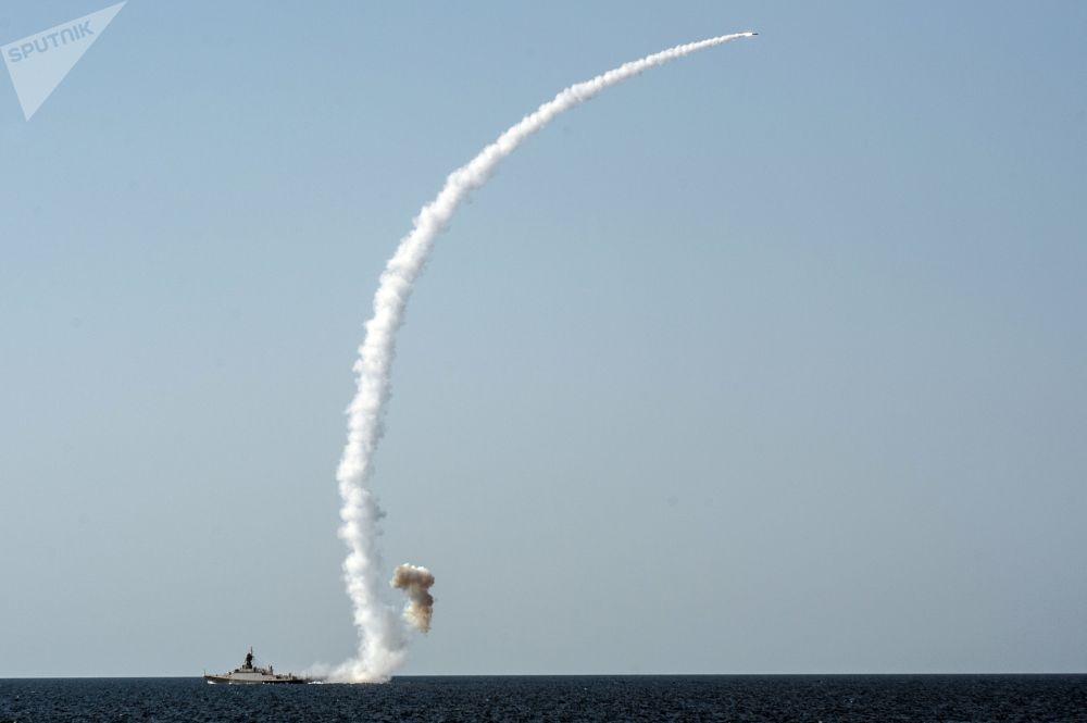 Lançamento de míssil antinavio de alta precisão Kalibr-NK a partir da corveta do projeto 21631 Vyshny Volochyok durante os exercícios militares da Frota do Mar Negro e do Distrito Militar do Sul da Rússia na Crimeia