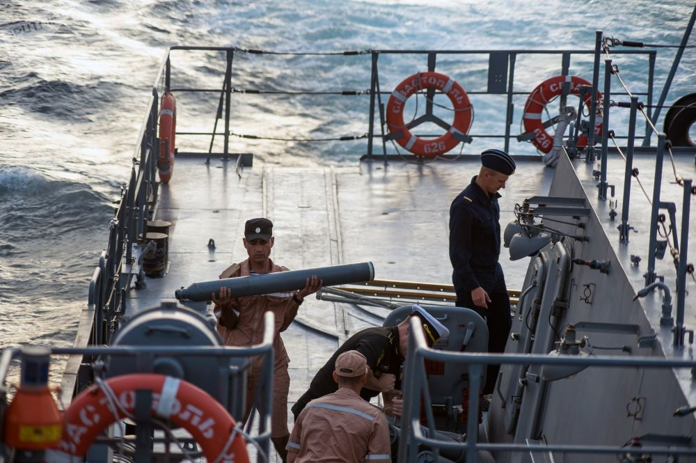 Marinheiros na popa do navio de mísseis do projeto 21631 Orekhovo-Zuyevo durante os exercícios militares da Frota do Mar Negro e do Distrito Militar do Sul da Rússia na Crimeia
