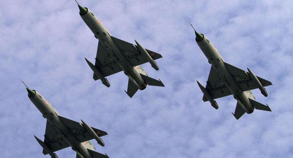 Сaças MIG-21 da Força Фérea indiana durante desfile na Base Aérea de Tezpur, na Índia (imagem de arquivo)