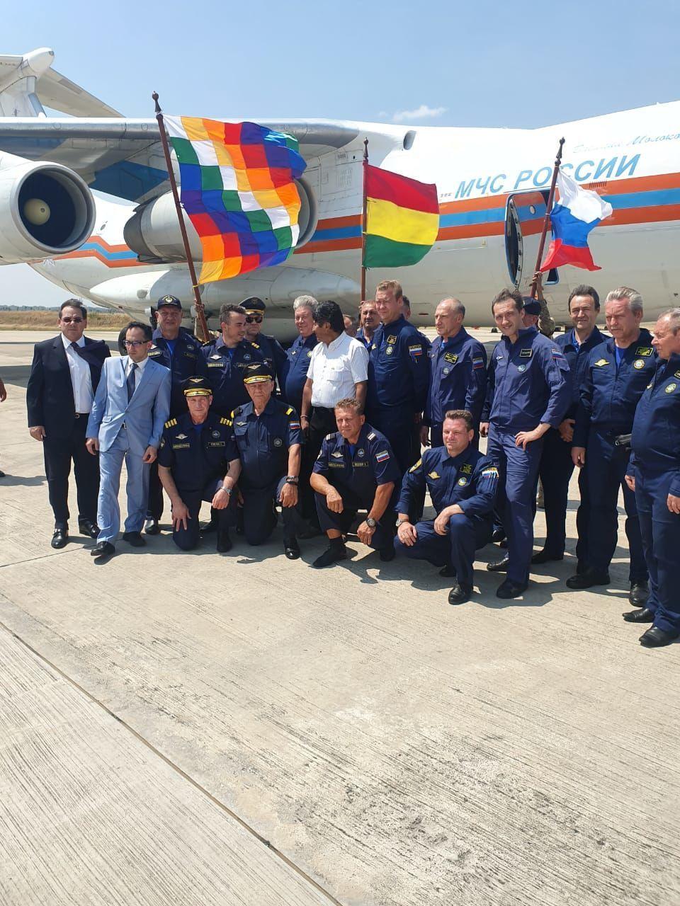 Tripulação do avião russo de combate a incêndios Il-76 juntamente com o presidente da Bolívia, Evo Morales e o cônsul da Embaixada da Rússia na Bolívia, Yakov Feodorov