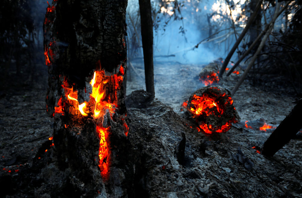 Incêndio é visto em um trecho da selva amazônica em Itapuã do Oeste, no estado de Rondônia, Brasil, 11 de setembro de 2019