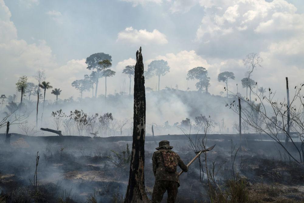 Soldado brasileiro apaga fogos na região do município de Novo Progresso, no Pará, Brasil, 3 de setembro de 2019