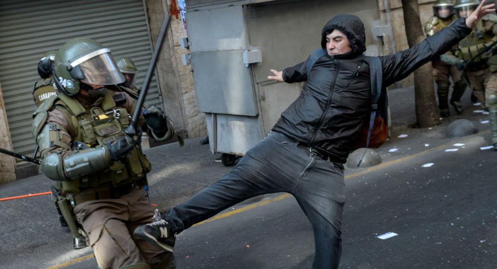 Confrontos de manifestantes com a polícia durante o comício dedicado ao 46º aniversário do golpe de Estado militar liderado pelo general Augusto Pinochet, no Chile (arquivo)