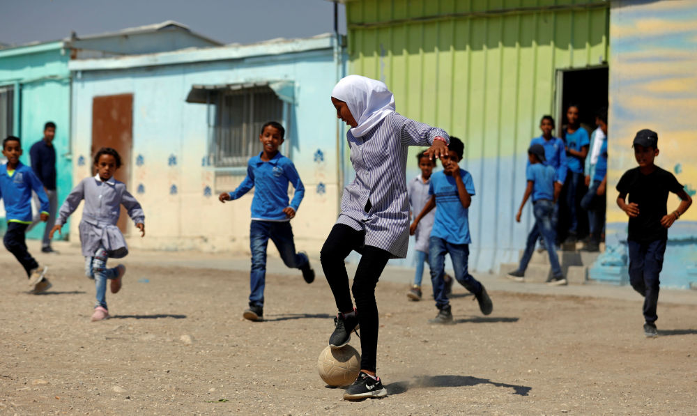 Alunos palestinos jogam futebol na Cisjordânia ocupada por Israel