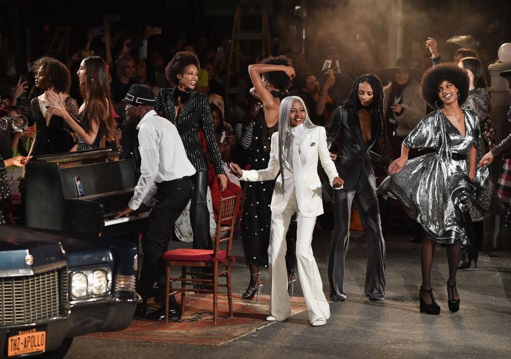 Modelos mostram nova coleção de Tommy Hilfiger no teatro Apollo em Nova York