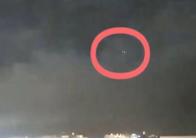 Imagem mostra suposto OVNI durante tempestade de relâmpagos no céu da Espanha