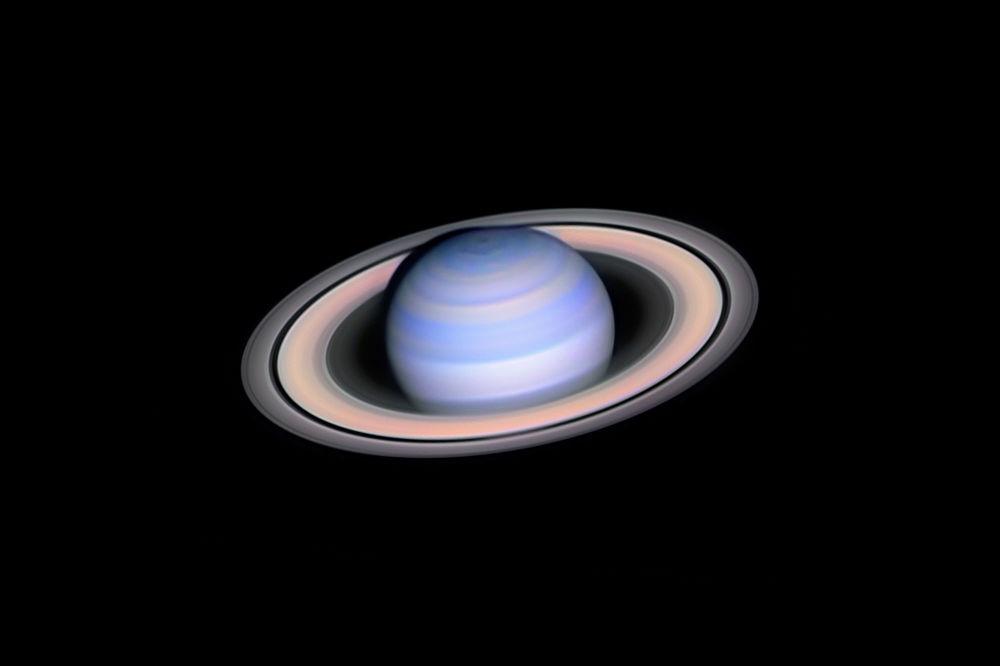 Foto tirada pelo fotógrafo húngaro László Francsics, ganhador do concurso Insight Investment Astronomy Photographer of the Year 2019, na categoria Escopo Robótico, mostra Saturno