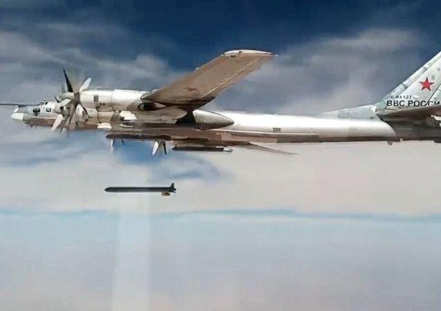 Bombardeiro de mísseis estratégicos Tu-95MS ataca alvos terroristas na Síria com mísseis de cruzeiro X-101 (imagem de arquivo)