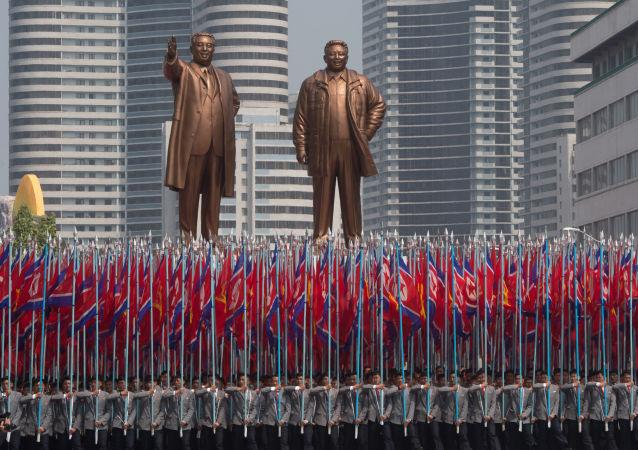 Grande Monumento da Colina Mansu, representando os líderes norte-coreanos Kim Jong-il e KIm Il-Sung.