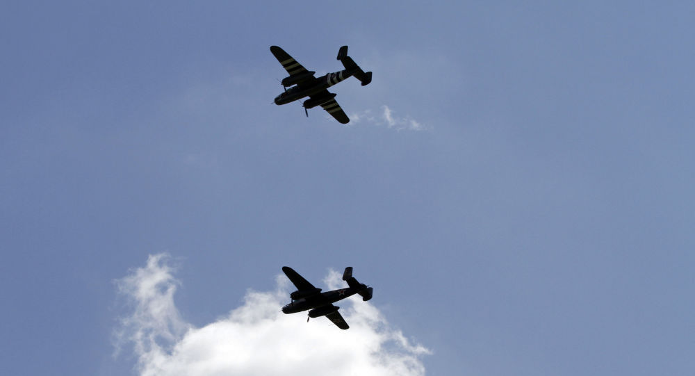 Bombardeiros B-25 norte-americanos comemoram o aniversário do ataque de Doolitle contra Tóquio durante a segunda guerra mundial.