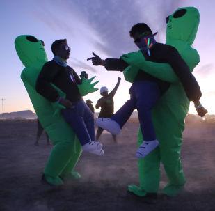 Participantes da invasão da Área 51 vestidos de alienígenas, em Nevada