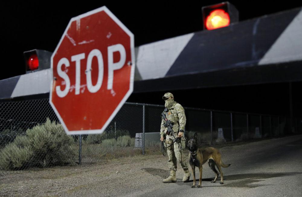 Guarda com cachorro perto da entrada da Área 51 em Nevada