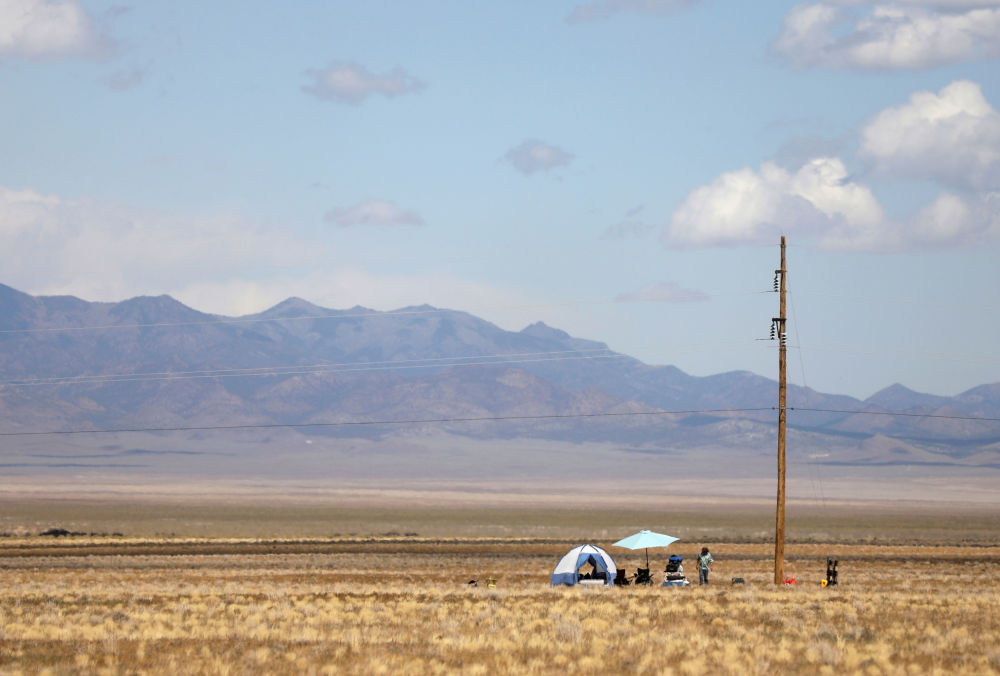 Participante do evento Invasão da Área 51 na sua tenda, em Nevada