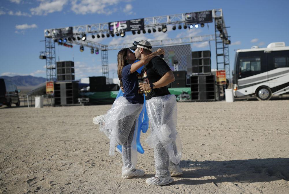 Participantes da invasão da Área 51 se beijam em Nevada