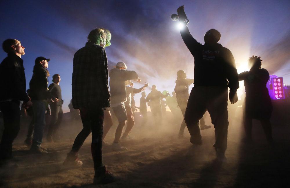 Participantes dançam durante a invasão da Área 51 em Nevada