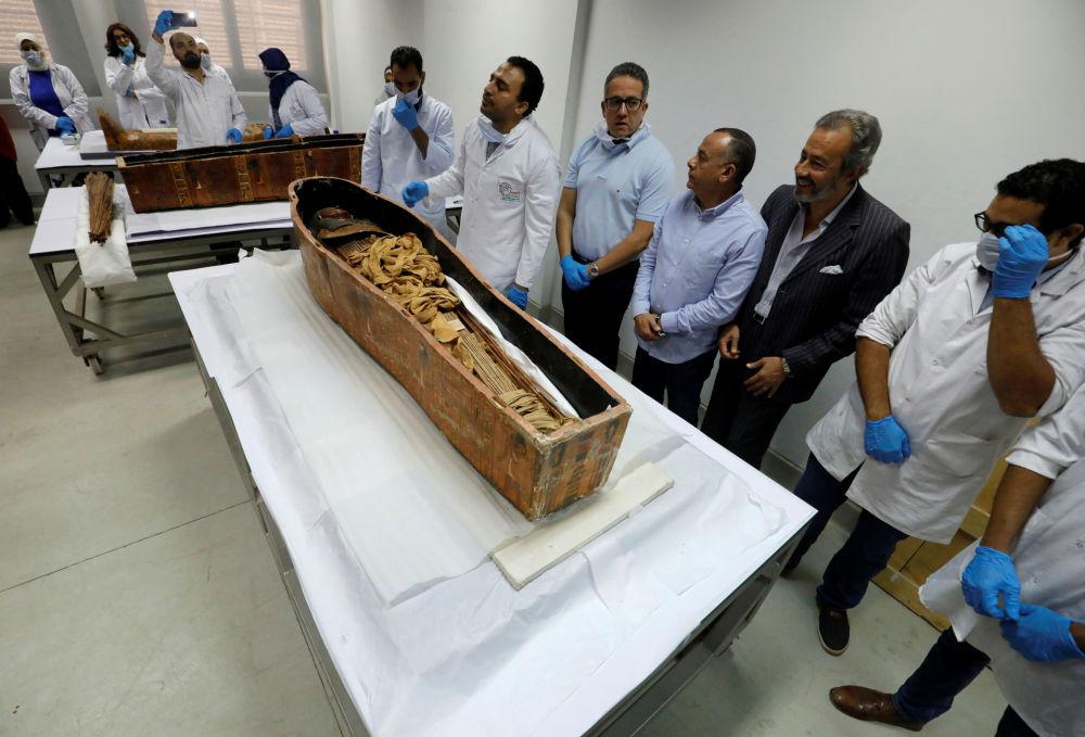 Ministro de Antiguidades do Egito e arqueólogos em volta da múmia de Sennedjem no Museu Nacional da Civilização Egípcia (NMEC), no Cairo