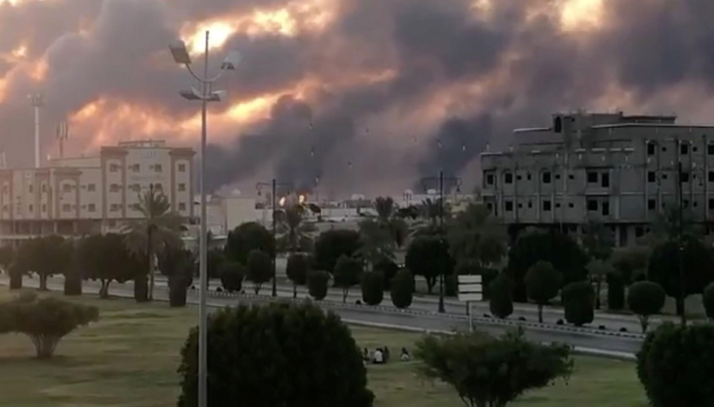 Fumaça é vista após um incêndio em uma fábrica da Aramco em Abqaiq, Arábia Saudita, 14 de setembro de 2019