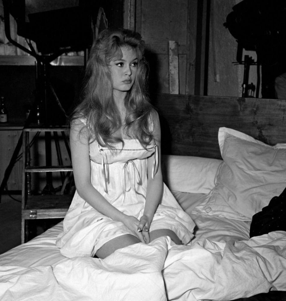 Na tela, Brigitte Bardot transmitia a imagem de uma mulher livre, espontânea e ingênua. Na foto: Brigitte Bardot no filme Uma Parisiense (Une Parisienne) dirigido por Michel Boisrond, em 1957