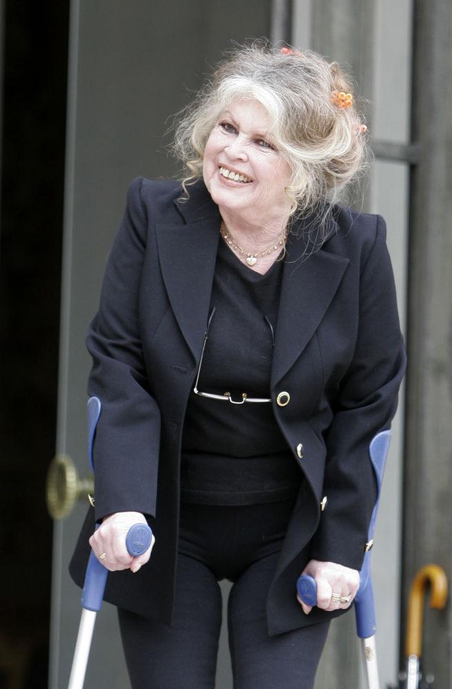 Brigitte Bardot na entrada da sua casa