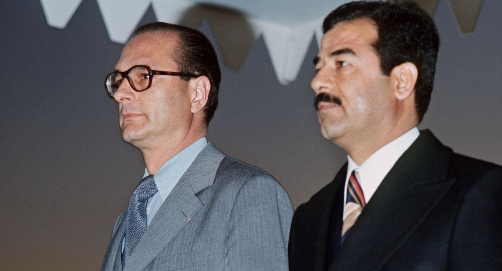 Jacques Chirac (à esquerda)  e Saddam Hussein (à direita) em encontro realizado em 25 de janeiro de 1976 em Bagdá, Iraque