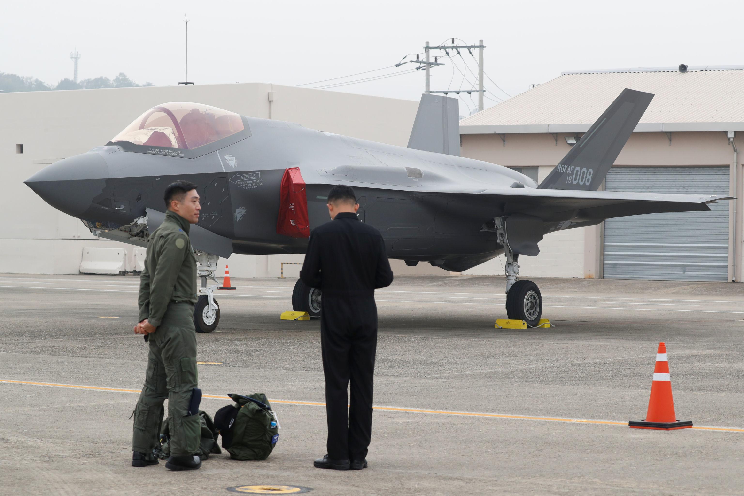 Piloto sul-coreano ao lado de um caça F-35 durante a cerimônia do Dia das Forças Armadas na base da Força Aérea na cidade de Daegu