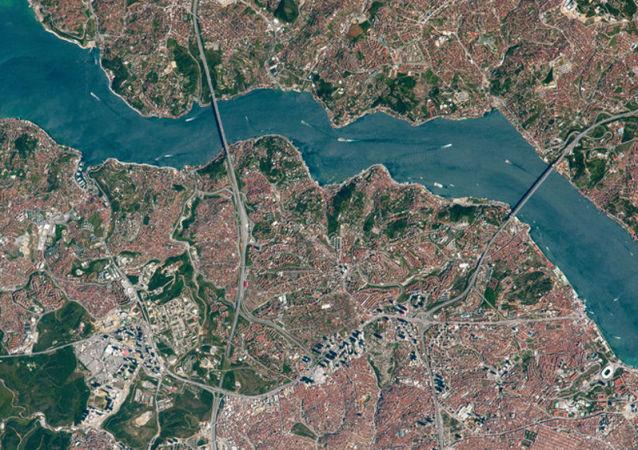 Vista superior das pontes sobre o estreito de Bósforo (imagem de arquivo)