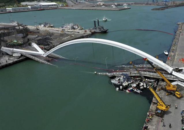 Ponte de Nanfangao após o colapso, em Taiwan, em 1 de outubro de 2019.