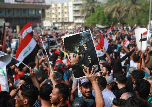 Manifestantes protestam contra o governo iraquiano na praça Tahrir, em Bagdá