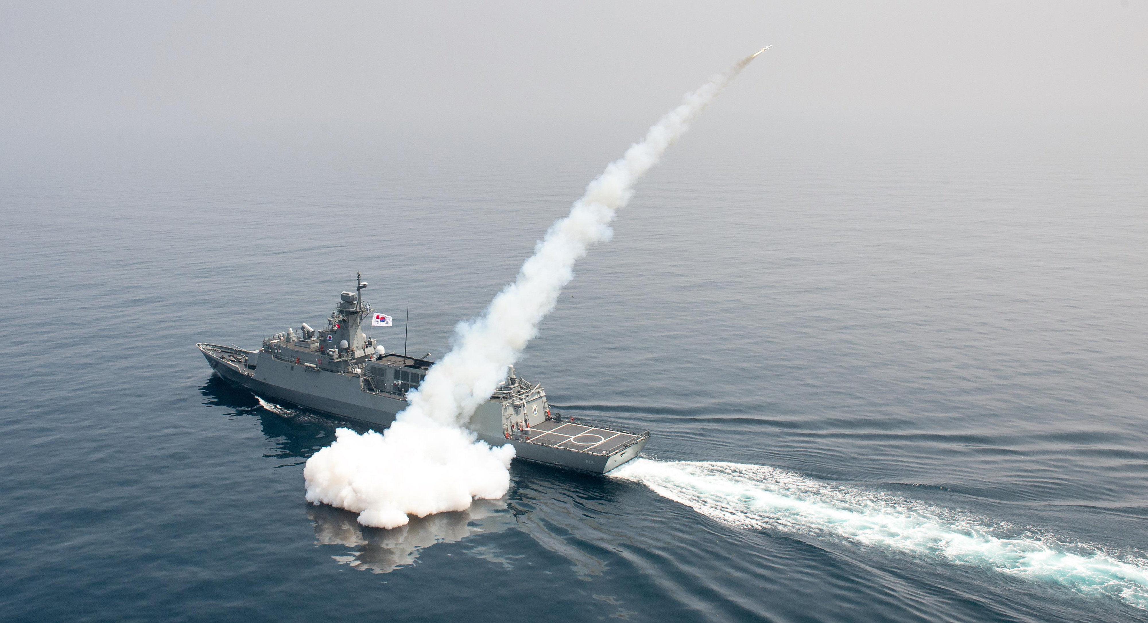 Navio da marinha sul-coreana dispara míssil durante exercício no mar do Leste da Coreia do Sul