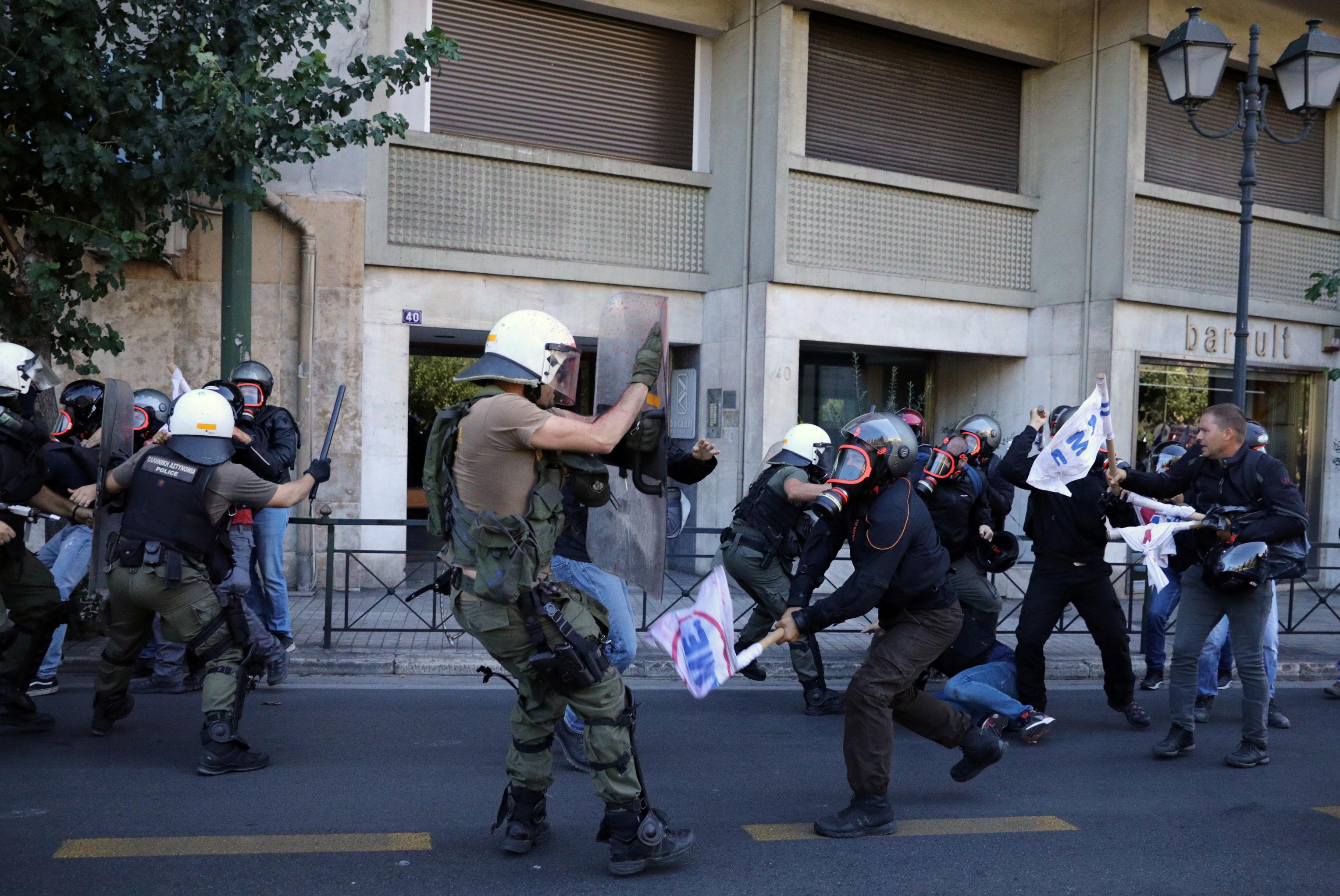 Manifestantes geram confrontos com a polícia durante uma manifestação contra a visita secretário de Estado dos EUA, Mike Pompeo, Atenas, Grécia, 5 de outubro de 2019